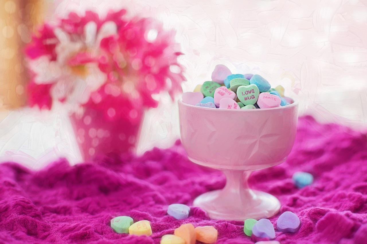 ピンクの絨毯にカラフルな薬の画像