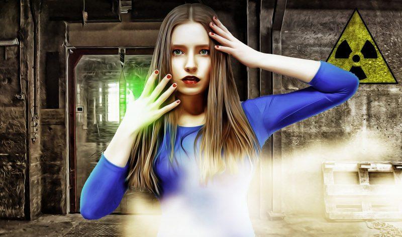 不思議な女性が青い服を着ているイラスト