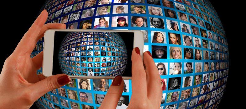 多くの顔写真が載った丸い画像