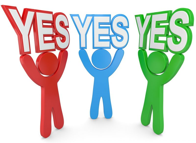 赤・青・緑の人が「YES」の文字を上に掲げているイラスト