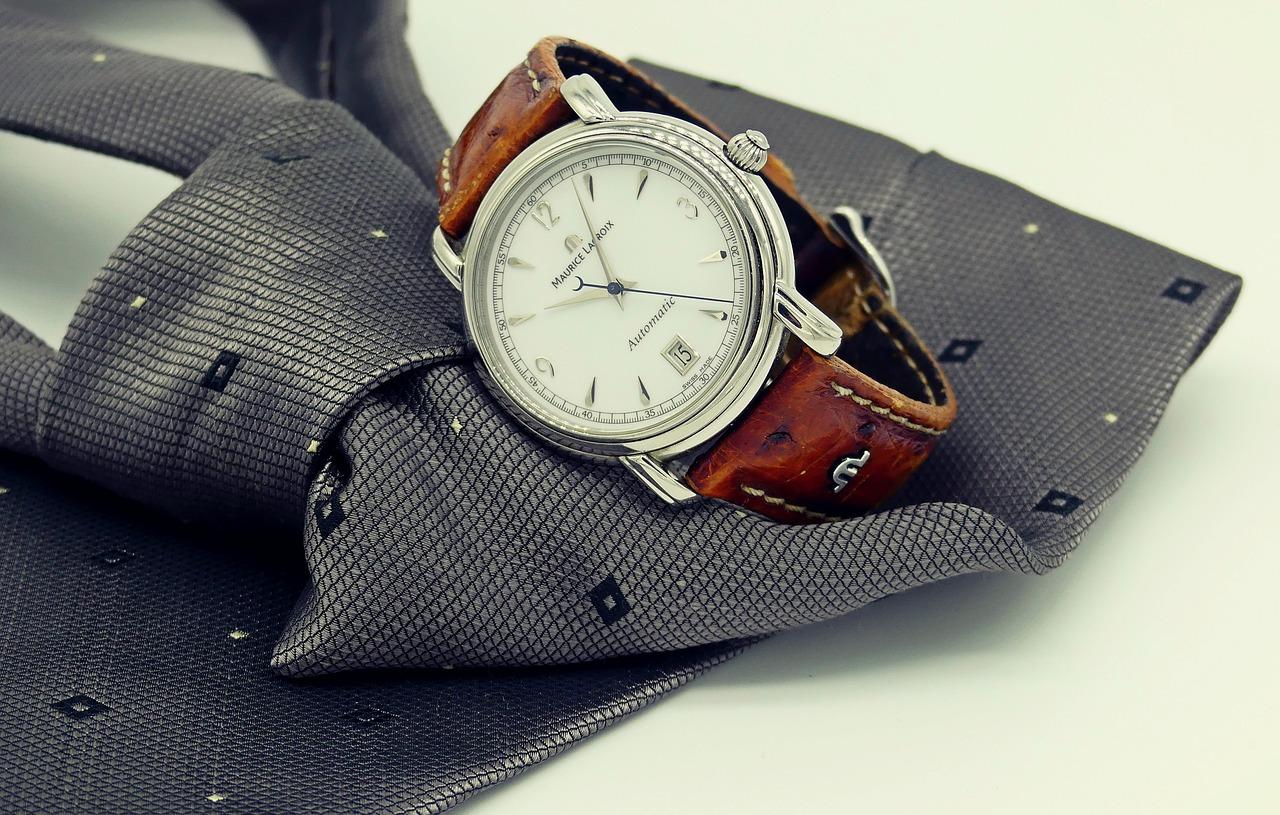 腕時計がネクタイの上においてある