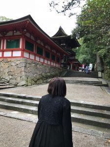 京都の寺を歩く霊媒師さん
