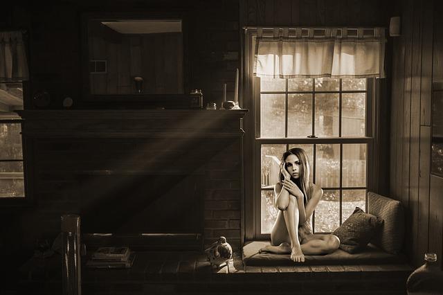 白黒記帳の家に裸の女性が座っている