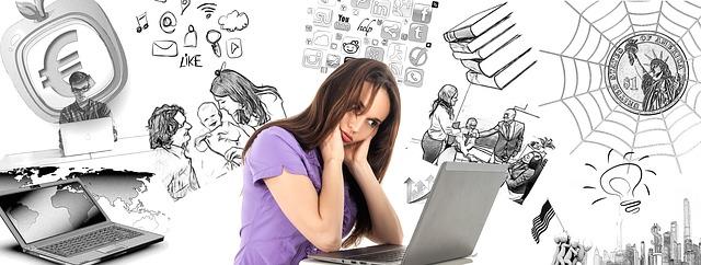蜘蛛の巣やお金などの背景に女性がパソコンと向き合い頭を抱えている