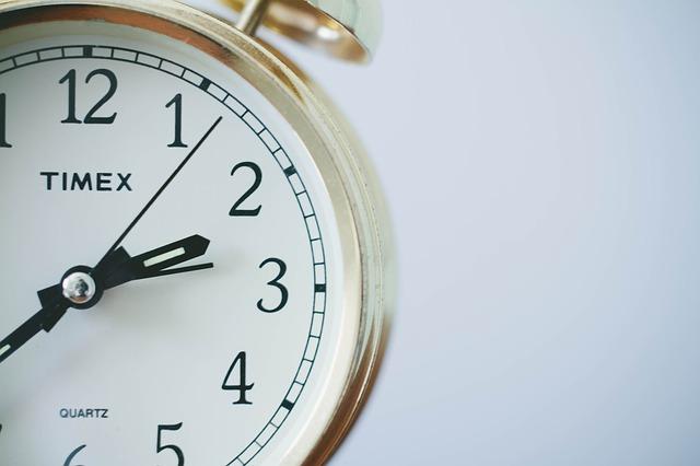 14時40分を指す時計が半分映っている