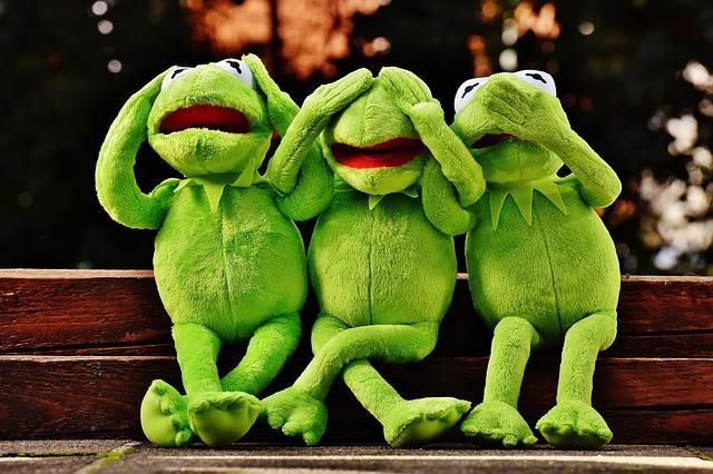 カエルの人形三匹の画像