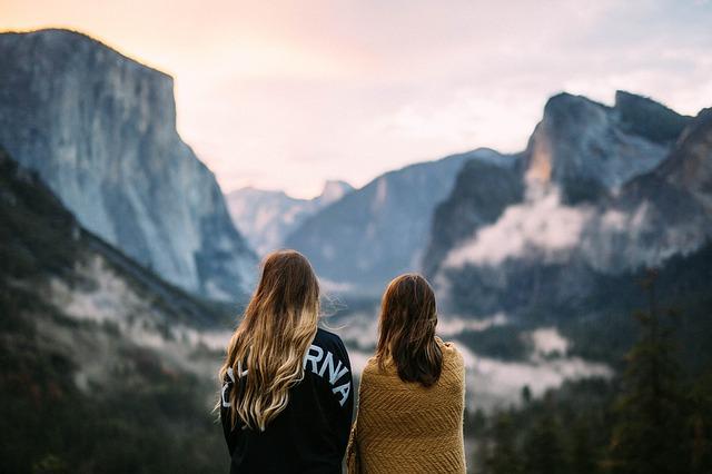 山脈で女性二人が横に座っている様子