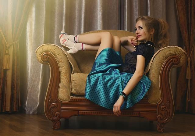 ソファーで横向きに座る女性