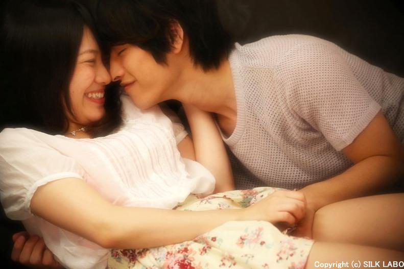 男性と女性が笑顔で触れ合っている様子