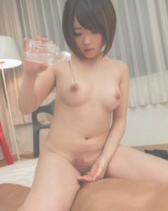 裸の女性がローションを準備する画像