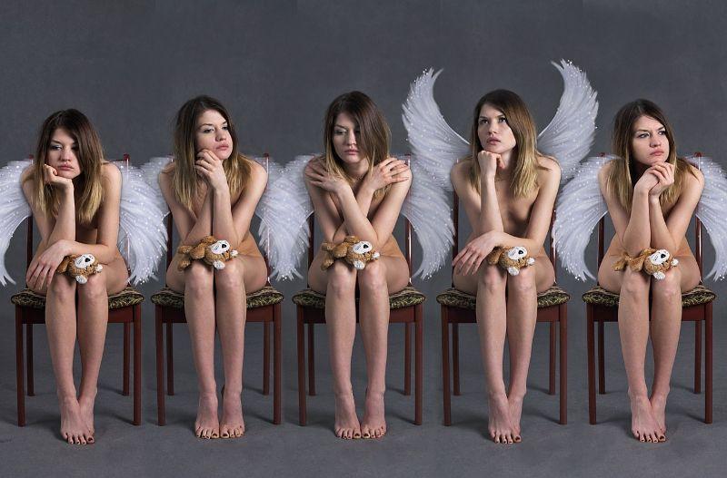 5人の天使がイスに座っている