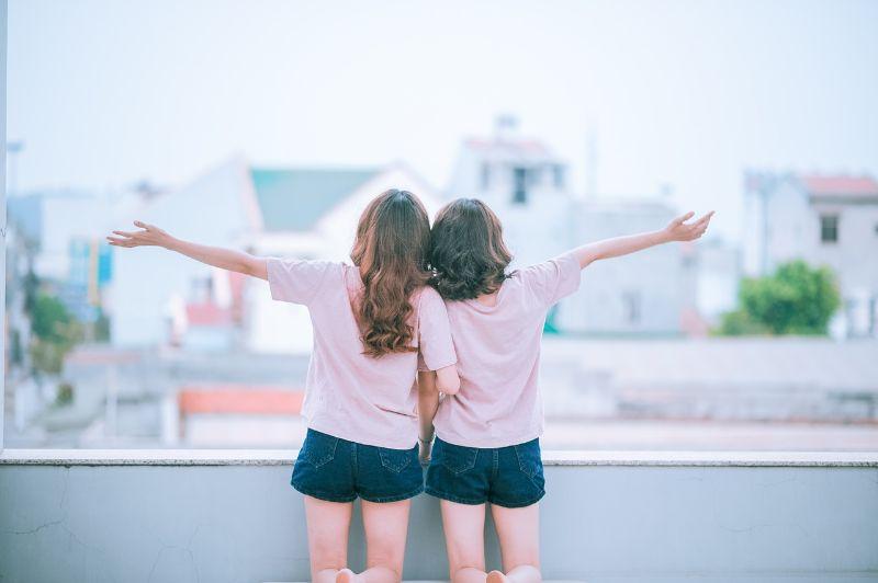 ピンクの服を着た女性2人が後ろを向いている