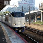 電車が駅から出発する様子