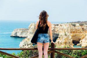 海岸を見つめる女性