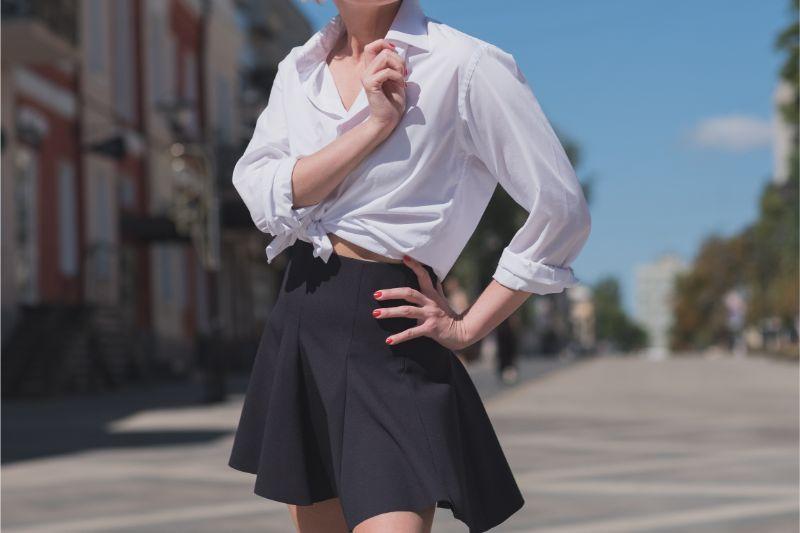 黒いスカートを履いた女性の画像
