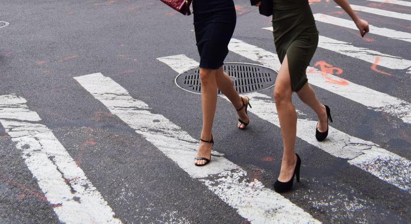 横断歩道を渡る女性二人の画像