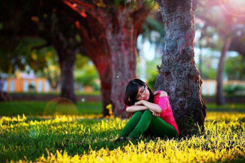 芝生の上で女性が座っている画像