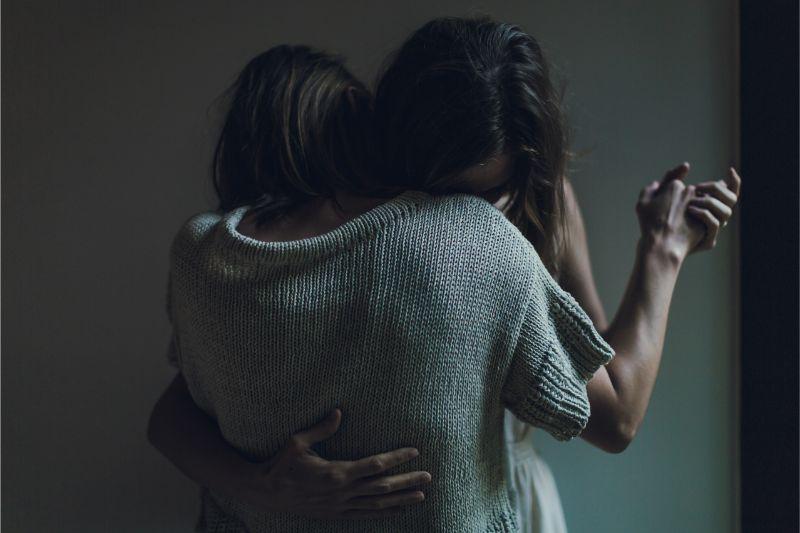女性同士が抱きあう画像