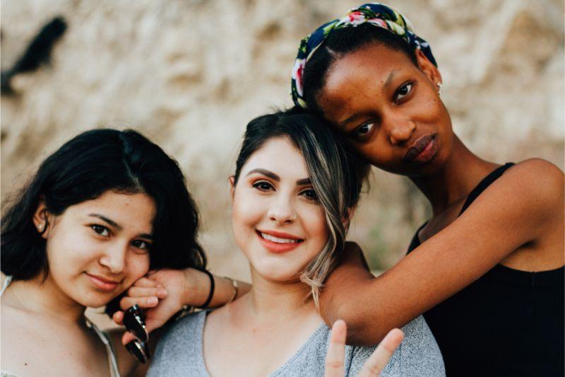 女性3人がカメラ目線の画像