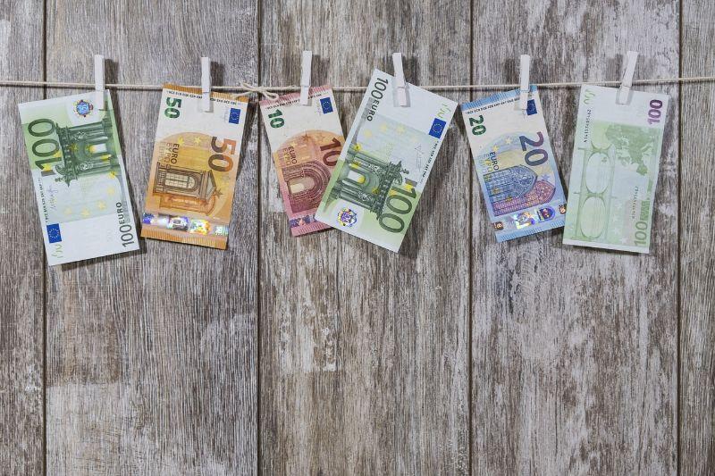 ユーロ紙幣が洗濯ばさみで吊り下げられている画像