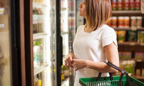 女性が買い物をしている画像
