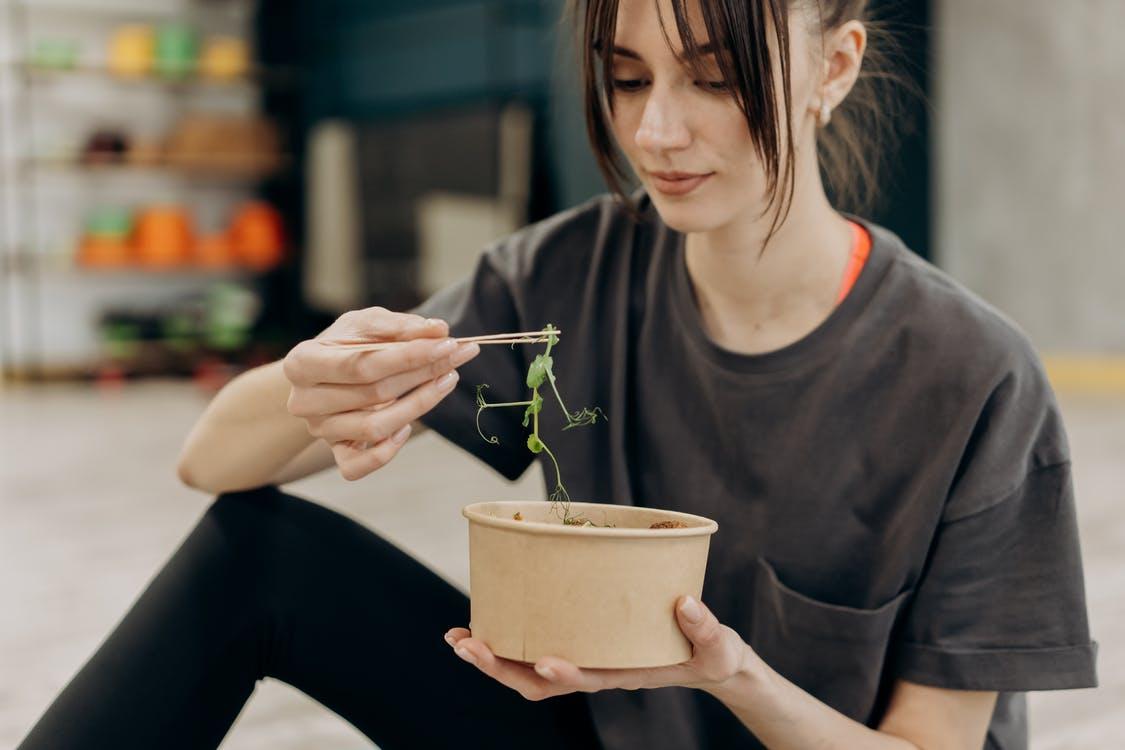 野菜を食べる女性の写真