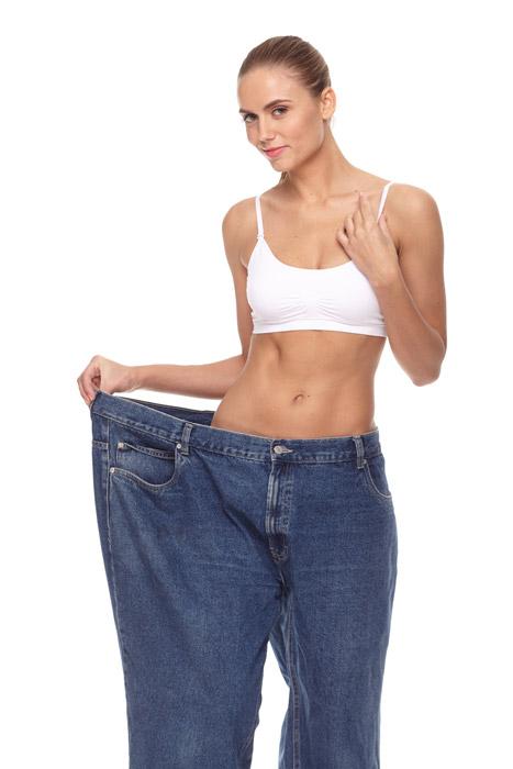 ぶかぶかのジーンズを履く女性の写真
