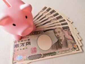 豚の貯金箱とお札