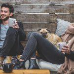 外国人の男女が座って笑いながら会話している画像