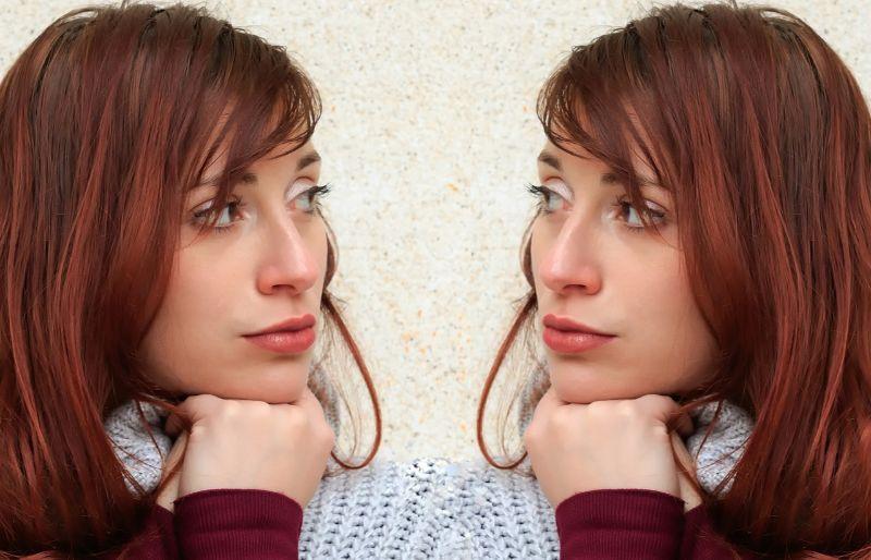 デリヘル出稼ぎ・在籍比較 同じ女性が見つめあう画像