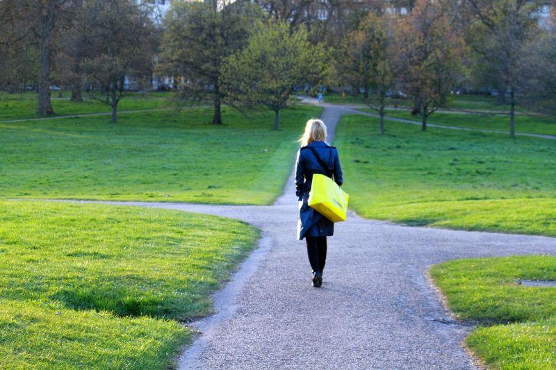 公演を黄色のカバンを持った女性が歩いている様子