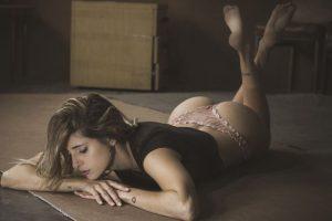 下着姿の女性が床に寝転んでいる様子