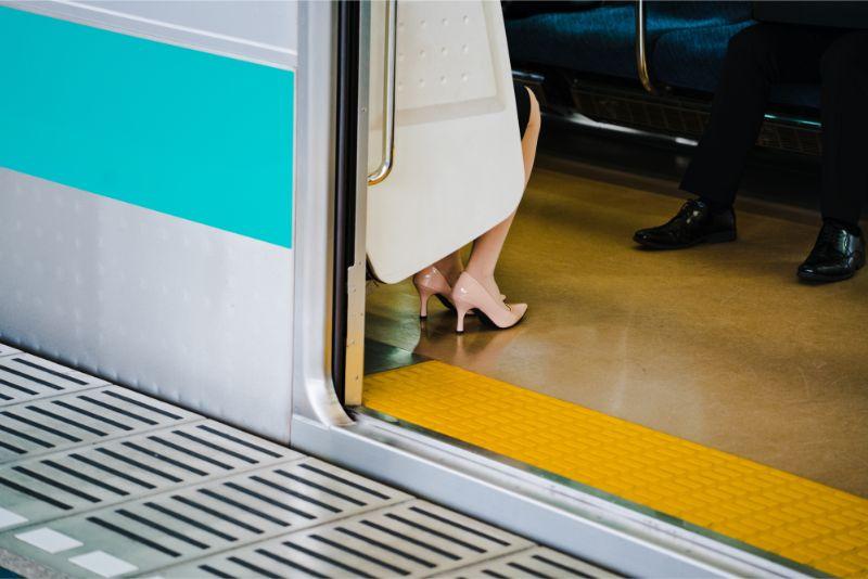 電車に乗る女性の画像